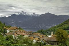 Village d'isolement dans la région de Como de lac images stock