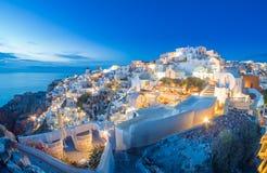 Village d'Oia au coucher du soleil, île de Santorini Images libres de droits