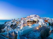 Village d'Oia au coucher du soleil, île de Santorini Photo libre de droits