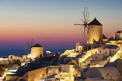 Village d'Oia au coucher du soleil Photographie stock libre de droits