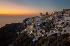 Village d'Oia de coucher du soleil chez Santorini Grèce, Cyclades Photo libre de droits