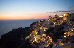 Village d'Oia par nuit en île de Santorini Photographie stock libre de droits
