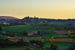 Village d'Oingt au temps de lever de soleil, Beaujolais, France Photos stock