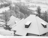 Village dans la tempête de neige photo stock