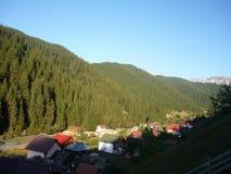 Village dans la vallée entre les montagnes image stock