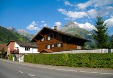 Village dans les alpes image stock