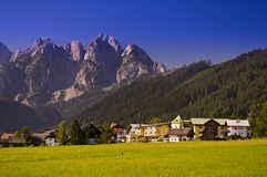 Village dans les Alpes autrichiens Images stock
