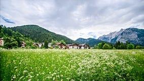 village dans les Alpes, Italie image libre de droits