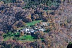 Village dans les bois Images stock
