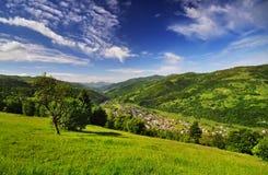 Village dans les Carpathiens Photographie stock
