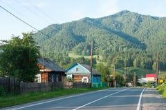 Village dans les montagnes d'Altai, route de Chuiski Image libre de droits