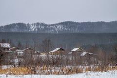 Village dans les montagnes en hiver Photos libres de droits