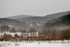 Village dans les montagnes en hiver Photos stock
