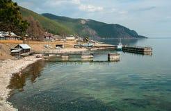 Village dans les sud du lac Baïkal Photo libre de droits