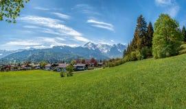 Village dans une vallée de montagne photographie stock