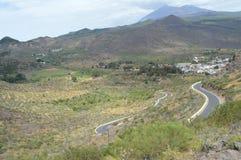 Village de  de Ð petit parmi les hautes montagnes photo libre de droits