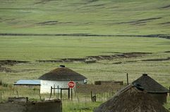 Village de Basotho avec le signe d'arrêt Image stock