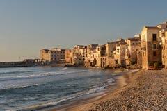Village de bord de la mer Cefalu en Sicile dans la lumière de coucher du soleil Photographie stock