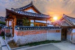 Village de Bukchon Hanok, architecture coréenne traditionnelle de style dedans Photographie stock libre de droits