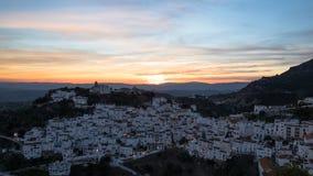Village de Casares, Espagne, au coucher du soleil photo stock