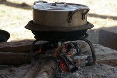 Village de Chuan de ka, faisant cuire le pot au-dessus du feu en bois photos libres de droits