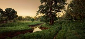 Village de conte de fées avec le fleuve et la route Photos libres de droits
