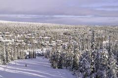 Village de cottage en hiver la station de sports d'hiver de la Finlande Ruka Images stock