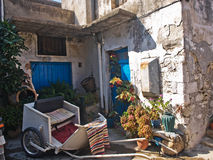Village de cour de Crète avec des ustensiles photographie stock libre de droits