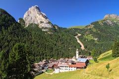 Village de Dolomiti - de Penia Photographie stock libre de droits
