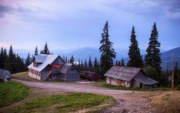 Village de Drahobrat dans les montagnes carpathiennes Photo stock