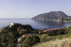 Village de falaise de panorama et Ayu-Dag. La Crimée. Ukraine Photographie stock libre de droits