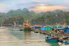 Village de flottement asiatique à la baie de Halong Photographie stock libre de droits