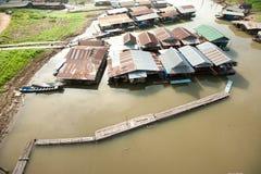 Village de flotteur sur la rivière de Songkaria Images libres de droits