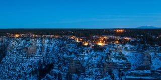 Village de Grand Canyon au crépuscule Images libres de droits