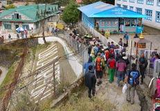 Village de guides de randonneurs d'aéroport de Lukla Images libres de droits