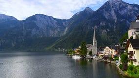 Village de Hallstatt près de lac dans les Alpes autrichiens, patrimoine mondial de l'UNESCO banque de vidéos