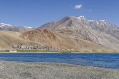 Village de Korzok dans le rivage de lac du lac tso Moriri Images libres de droits