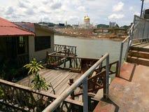 Village de l'eau du Brunei et mosquée d'Omar Ali Saiffudien photos stock