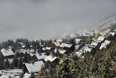 Village de l'hiver dans le brouillard Photo stock