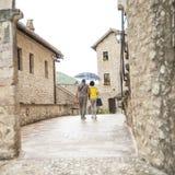 Village de l'Ombrie avec des personnes images stock