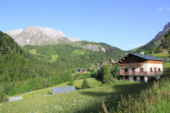 Village de La Giettaz dans les Alpes Photos libres de droits