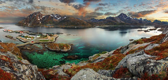Village de la Norvège avec la montagne, panorama Image stock