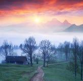 Village de Lazeyschina Lazeshchyna dans la brume image stock