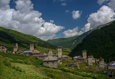 Village de montagne Adishi en Géorgie Photographie stock libre de droits