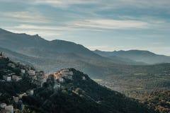 Village de montagne antique de Belgodere en Corse image stock