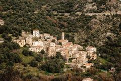 Village de montagne antique d'Avapessa en Corse images stock