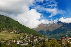 Village de montagne avec les tours antiques georgia Photos libres de droits
