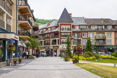 Village de montagne bleu en été, Collingwood, Canada Photo stock