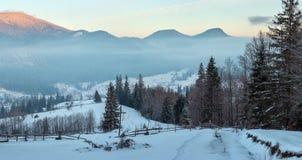 Village de montagne carpathienne d'hiver de lever de soleil, Ukraine images libres de droits