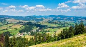 Village de montagne dans le carpathien photo libre de droits